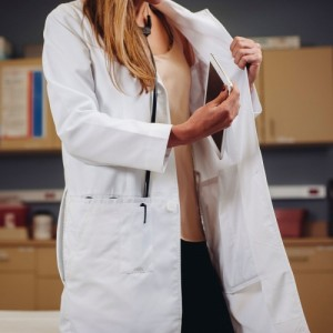 Both men's and women's lab coats have inner pockets for electronic notepads and tablets.